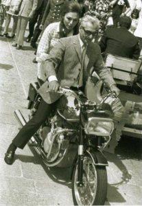 تصویر) موتور سواری محمدرضا شاه و فرح